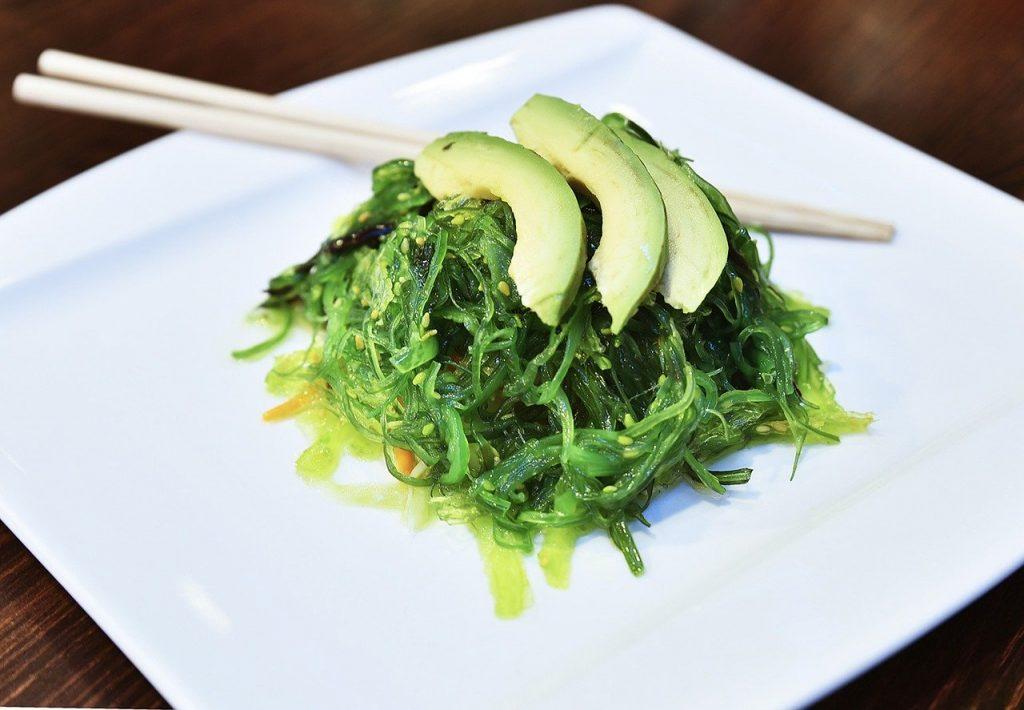un plat de wakamé